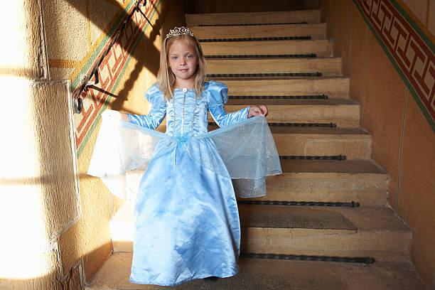 princess klettert die treppe hinunter - prinzessin kleid kind stock-fotos und bilder