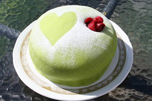 princess gateau with green marzipan - prinzessinnen torte stock-fotos und bilder
