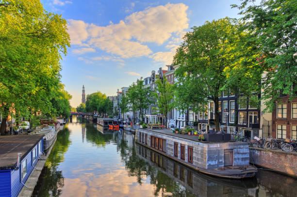 prinsengracht houseboat spring - westerkerk stockfoto's en -beelden