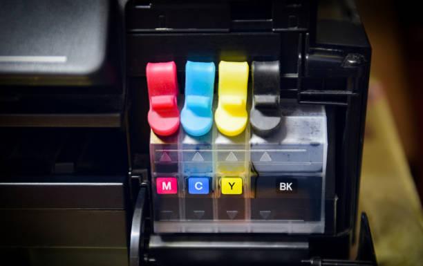 druckertintenbehälter zum nachfüllen im büro - druckerpatrone in tintenstrahl der farbe schwarz cmyk - munition nachfüllen stock-fotos und bilder