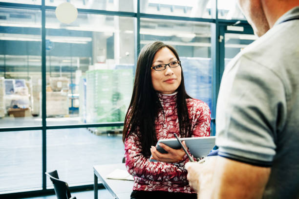 Druck Werk Executive im Gespräch mit Mitarbeitern – Foto