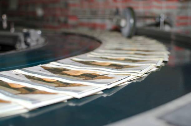 impression machine magazine ligne de production, mise au point sélective - presse photos et images de collection