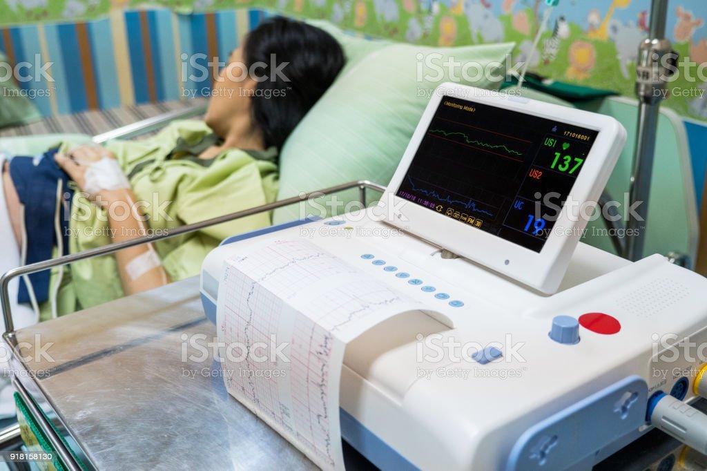 心電計による心電図レポートの印刷を行います。赤ちゃんの健康をチェックしてください。準備をもたらす ストックフォト