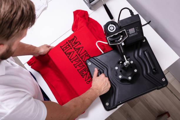 impresión en camiseta en taller - moda playera fotografías e imágenes de stock