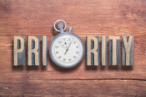 priority watch wooden - срочность стоковые фото и изображения