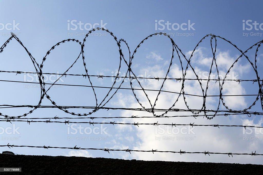 Gefängnis Wand Stacheldraht Zaunhintergrund Mit Blauer Himmel ...