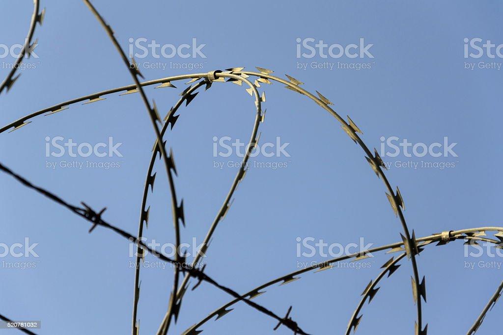 Gefängnis Wand Stacheldraht Zaunhintergrund Mit Blauer Himmel Stock ...