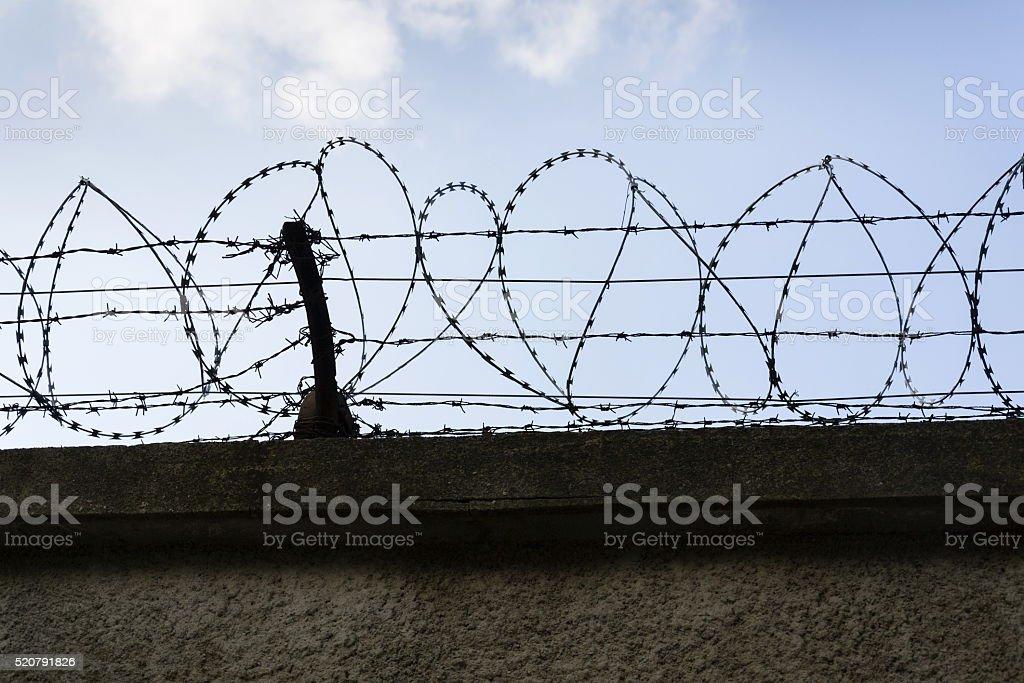 Gefängnis Wand Stacheldraht Zaun Mit Blauer Himmel Hintergrund Stock ...