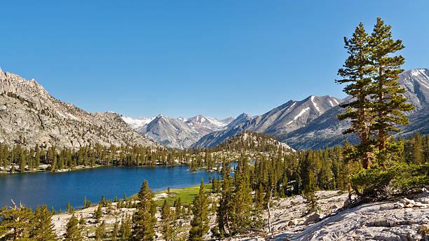 unberührte mountain lake in den sierra nevada - pacific crest trail stock-fotos und bilder