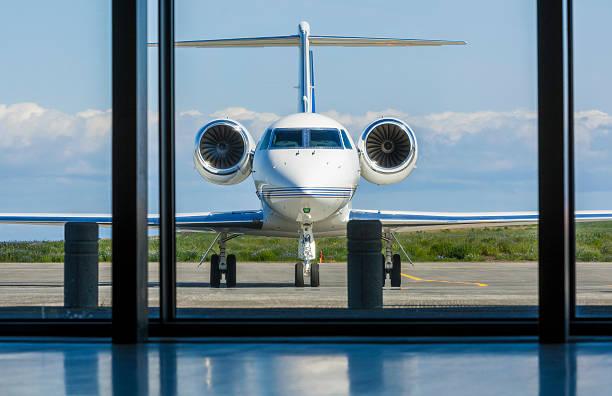 Jet corporativo privado de pasajeros en el aeropuerto - foto de stock