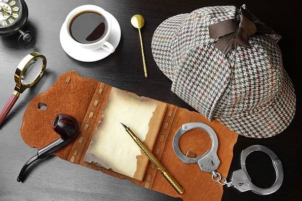 Private Detective Concept. Investigation Tools On The Wood Table Sherlock Holmes Concept. Private Detective Tools On The Black Wood Table Background. Deerstalker Hat, Opened Notebook With Blank Brown Page, Pipe, Magnifying Glass, Cuffs, Fountain Pen deerstalker hat stock pictures, royalty-free photos & images