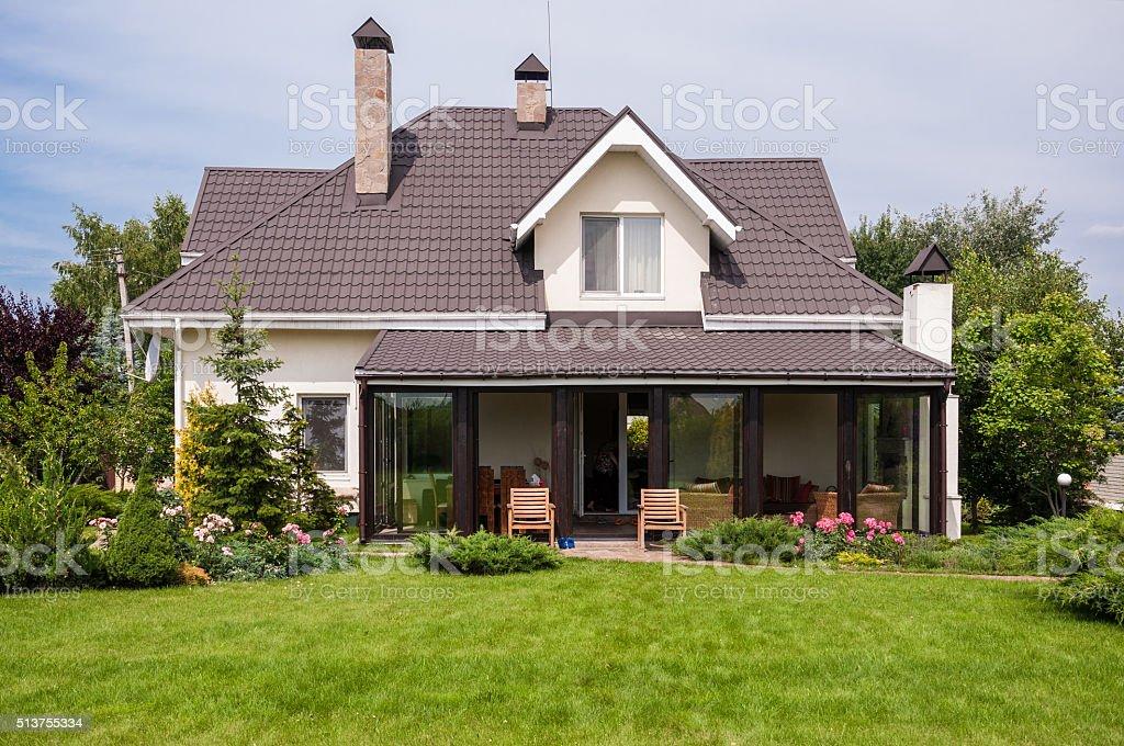 casa con giardino privato in zona rurale fotografie