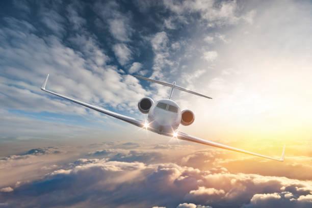 구름을 통해 비행 개인 제트기 - 복엽기 뉴스 사진 이미지