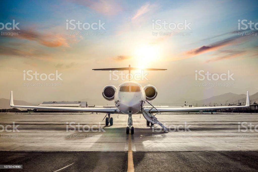 Private Jet auf der Landebahn des Flughafens – Foto