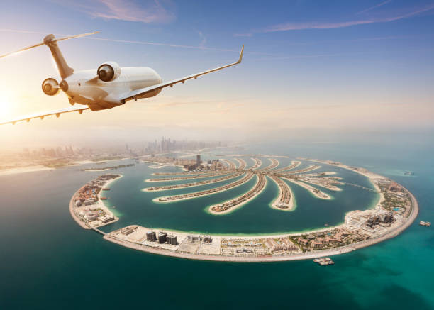 Privaten Düsenjet fliegt über Dubai Stadt – Foto