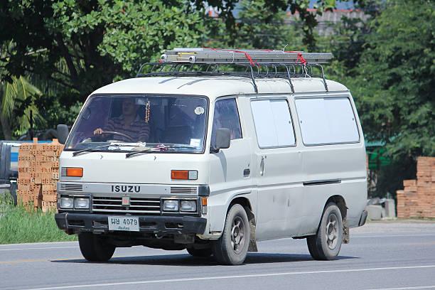 private alten isuzu van. - chevy van stock-fotos und bilder