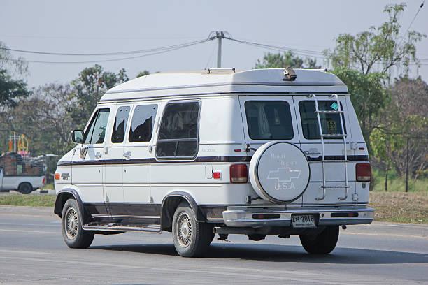 private alten kleinbus chevrolet gulf stream. - chevy van stock-fotos und bilder