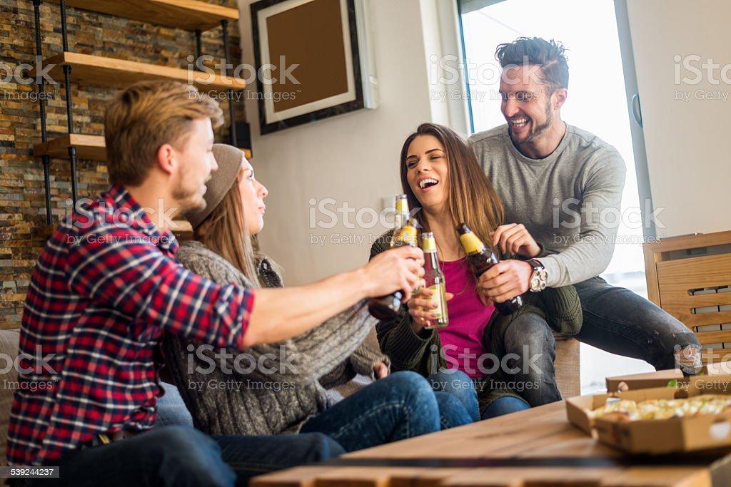 Fiesta privada con una cerveza y pizza foto de stock libre de derechos
