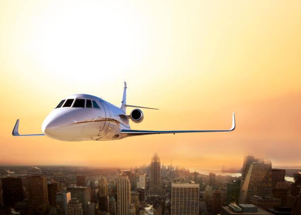 개인 비행기 뉴욕 시티에 도착 하는 - 복엽기 뉴스 사진 이미지