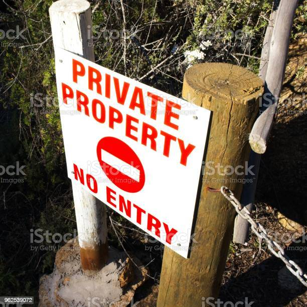 Foto de Um Sinal De Propriedade Privada Encontrado Na África Do Sul Esta Imagem Pode Ser Usada Para Representar A Posse Da Terra e mais fotos de stock de Antigo