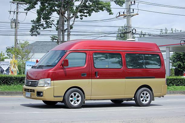 privater kleinbus. nissan urvan van aus japan - chevy van stock-fotos und bilder