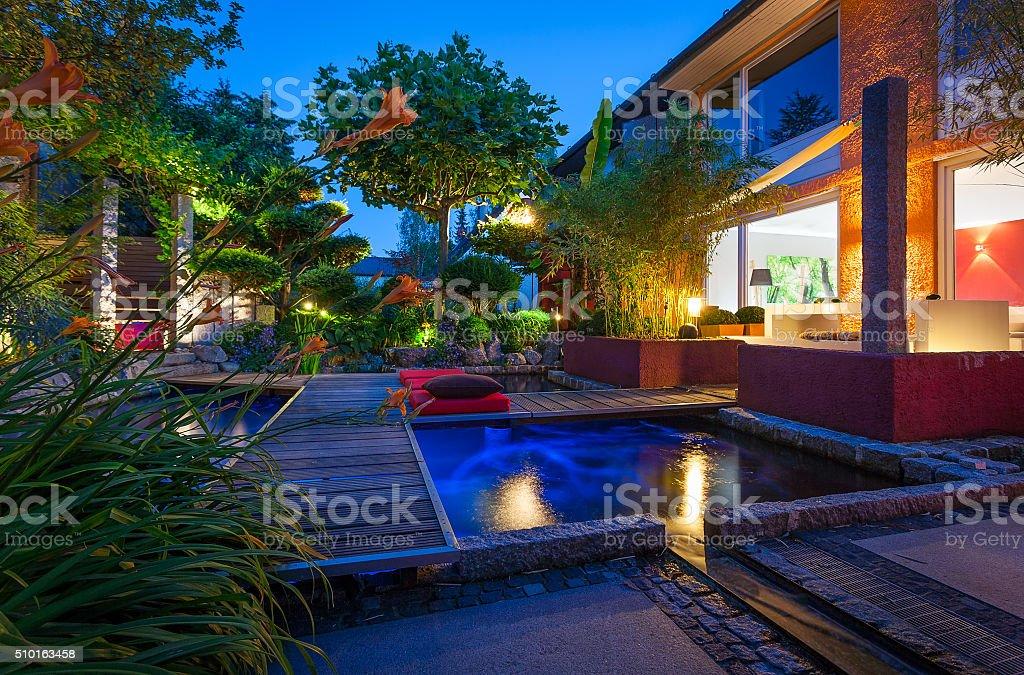 Privater Garten zur blauen Stunde stock photo