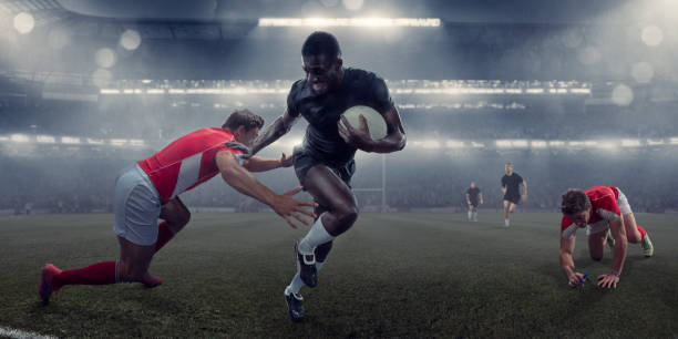 jugador de rugby pro funcionando con la bola más allá de la lucha contra el oponente - rugby fotografías e imágenes de stock