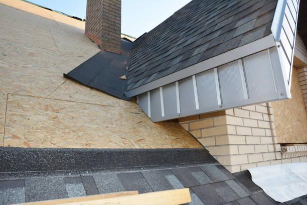 Probleemgebieden voor huis asfalt shingles hoek dakbedekking bouw waterdicht. Reparatie dakconstructie. Dakrenovatie met asfalt gordelroos. foto