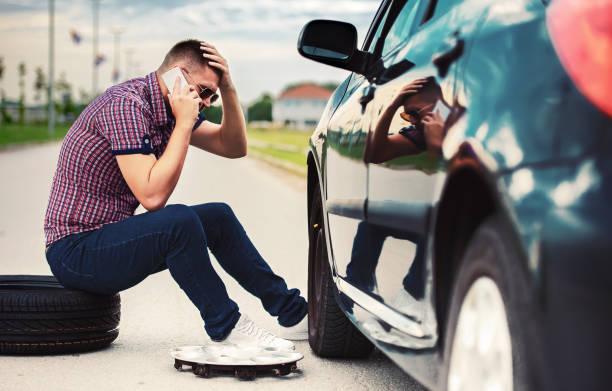 Problem mit einem Auto. Ein kaputtes Auto auf der Straße. Wechselrad – Foto