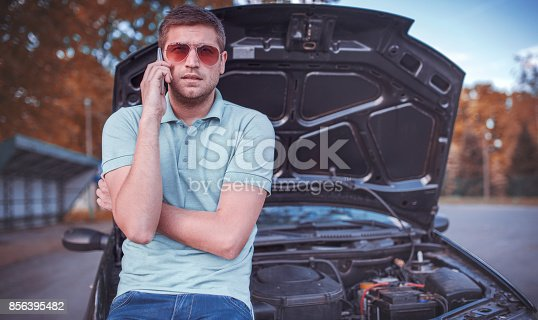 627511482istockphoto Problem with a car. A broken car on the road 856395482