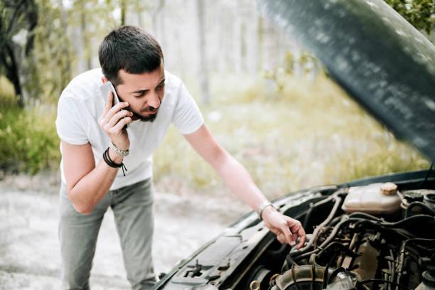 Problem mit dem Auto. Ein kaputtes Auto auf der Straße – Foto