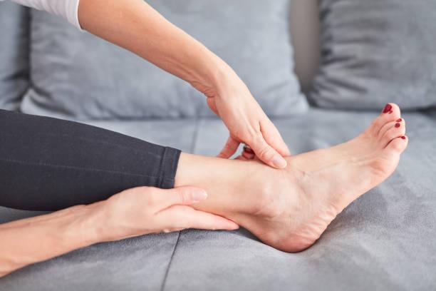 Probleme mit Füßen, Gelenken, Beinen und Knöcheln. – Foto