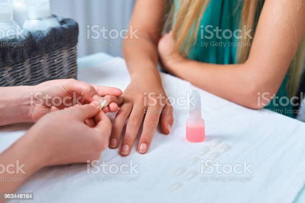 Procedura Klejenia Sztucznych Paznokci Manicure Przykleja Gwóźdź Do Palca Klienta - zdjęcia stockowe i więcej obrazów Butelka