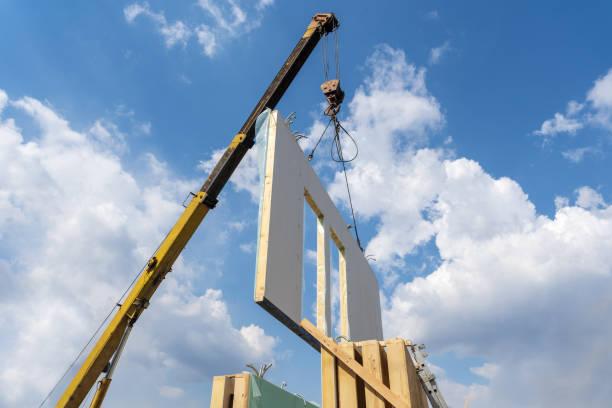 process av kran konstruktion av nya och moderna modulära hus från sammansatta sip paneler mot bakgrund med vacker blå himmel - solar panel bildbanksfoton och bilder