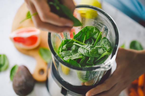 proces tworzenia zdrowego smoothie - detoks zdjęcia i obrazy z banku zdjęć