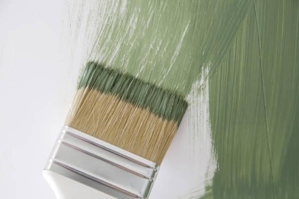 Prozess der Malerei Wand mit grüner Farbe, Pinsel aus nächster Nähe, DIY Haus Verbesserung Projekt – Foto