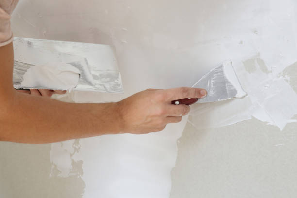 Prozess der Verputzwand mit Putty-Messer. Befestigung der Wandfläche und Vorbereitung für die Lackierung, Haussanierungskonzept – Foto