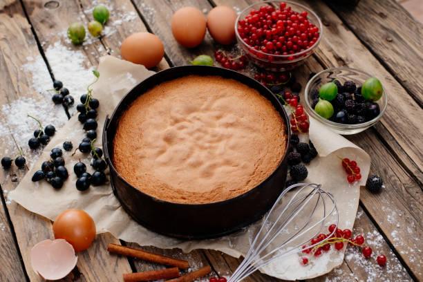 prozess der vorbereitung der keks mit waldbeeren. - biskuitboden stock-fotos und bilder