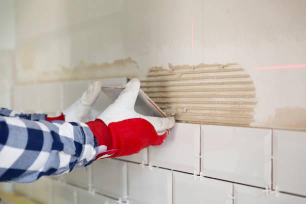 proces van tegels de tegels in de keuken met nodige tegels tools. verbetering van het huis, renovatie concept - tegel stockfoto's en -beelden
