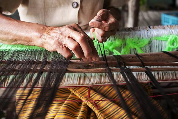 beim weben, färben und weben alten thailand wie seide - teppich baumwolle stock-fotos und bilder