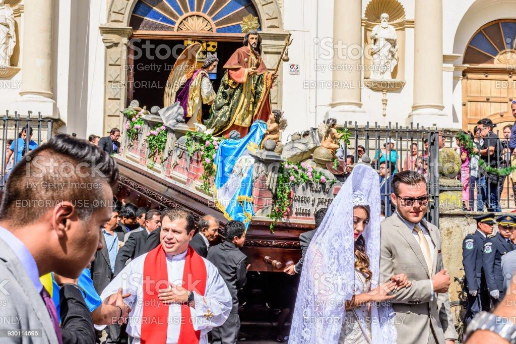 Procesión sale de Catedral, día de St Jame, Antigua, Guatemala - foto de stock