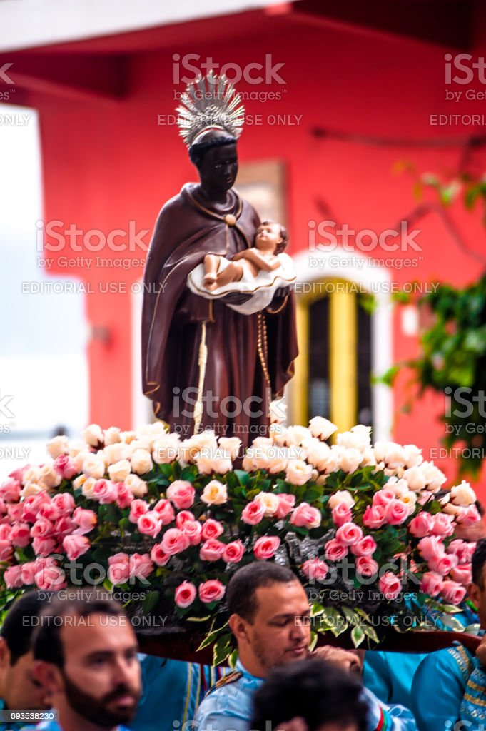 Procissão de São Bento, andando pelas ruas do centro da cidade de Ilhabela, Brasil. O evento é parte da festa de São Bento, tradicional há mais de duzentos anos. O Santo é liderado pelos devotos que participam da Congada. - foto de acervo