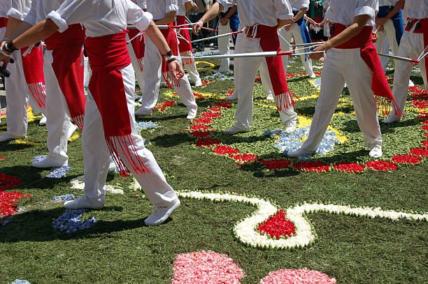 Prozession mit Blumen – Foto