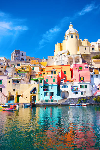 isola di procida, colorato nel mar mediterraneo costa, napoli, italia - procida foto e immagini stock