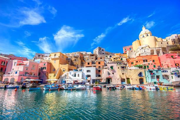 isola di procida, nella costa di mare italiane, napoli, italia - procida foto e immagini stock
