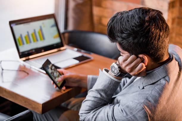 Homme utilisant son téléphone sur son lieu de travail