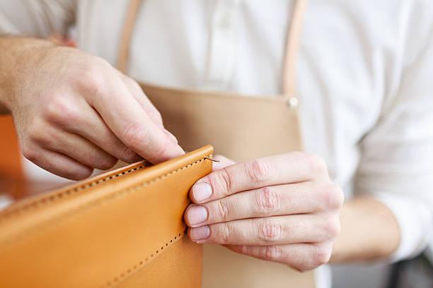 producing leather item - leder portemonnaie herren stock-fotos und bilder