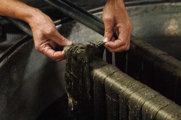 produktion und weben von teppichen und stoffen - hausgemachte teppichreiniger stock-fotos und bilder