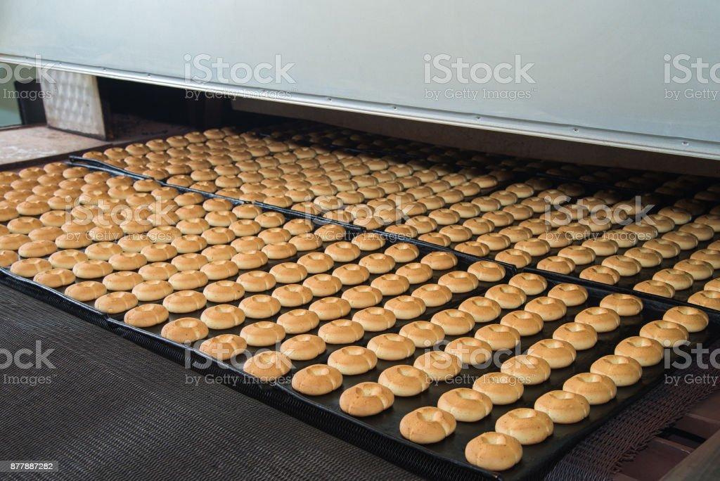 Línea de producción de hornear galletas en fábrica, la industria alimentaria - foto de stock
