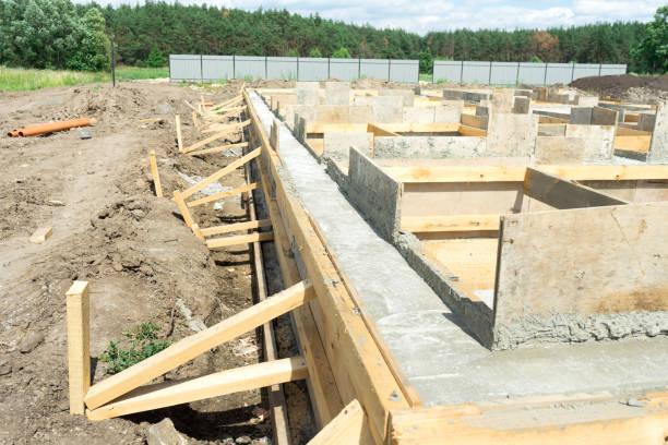 取り外し可能な型枠の使用に家の下にベースのコンクリートの生産。 - 考古学 ストックフォトと画像
